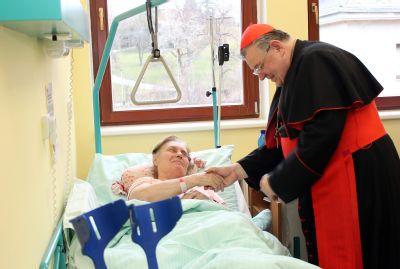 Kardinál Dominik Duka navštívil pacienty na POLIKLINICE AGEL v Praze