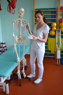 Poliklinika AGEL Praha Italská nově využívá při rehabilitacích i anatomický model lidské kostry