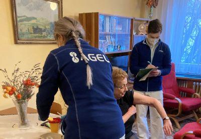 Zdravotníci Polikliniky AGEL Ostrava naočkují zdravotně znevýhodněné seniory v pohodlí jejich domova